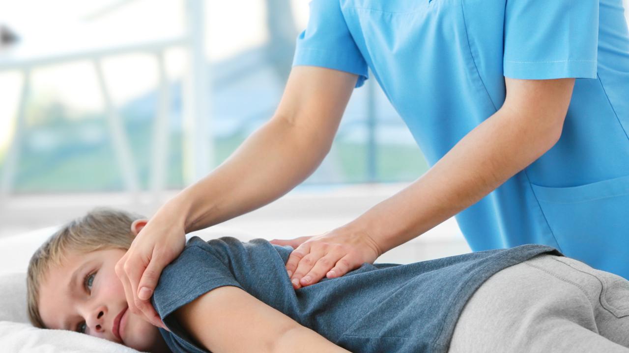 Prévention des maux de dos chez les enfants: ne vous asseyez pas et commencez à bouger